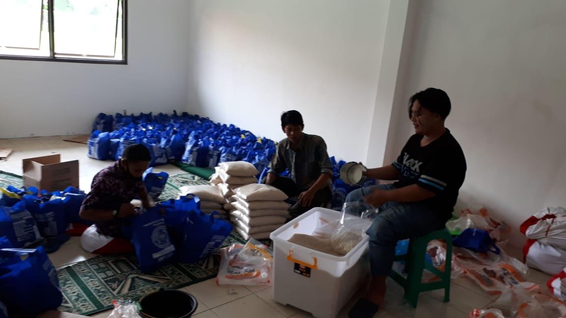 Sekretaris MCCC Kota Tangerang Alpan Habibi memberikan satu paket sembako kepada warga yang terdampak COVID-19.