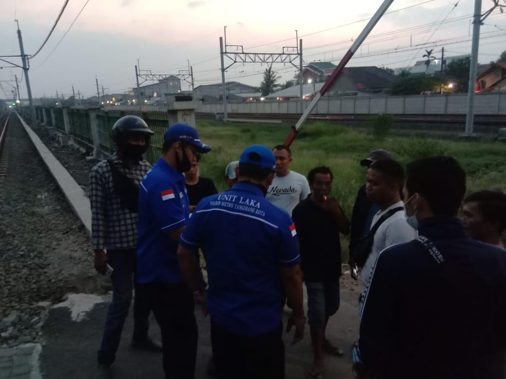 Screenshot atau tangkapan layar seorang wanita tergeletak tak bernyawa setelah tertabrak kereta listrik (KRL), Kota Tangerang, Rabu (8/7/2020) sekitar pukul 17.00 WIB.