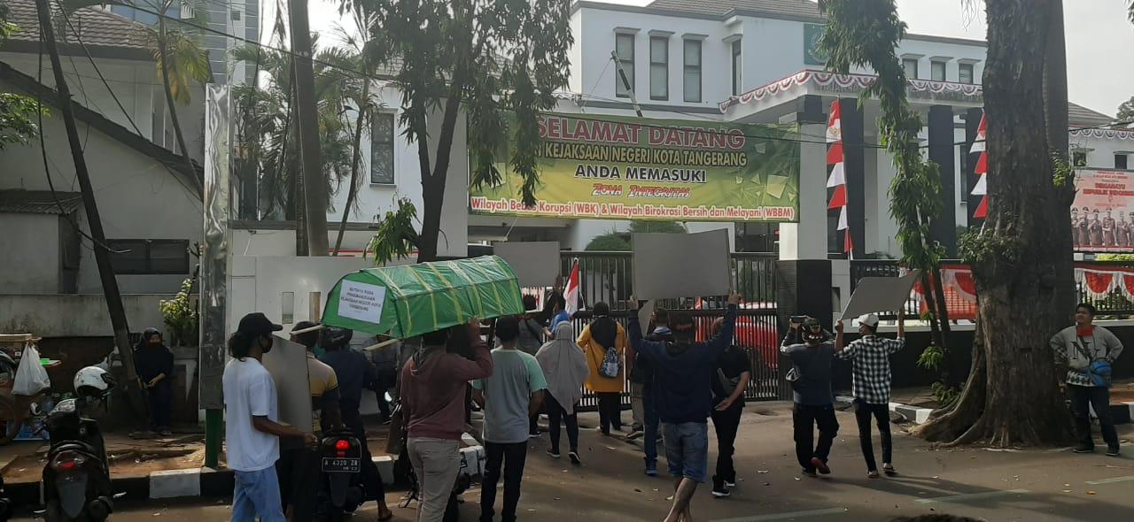 Keluarga almarhum Heri Gunawan saat menggeruduk kantor Kejaksaan Negeri Kota Tangerang, Rabu (12/8/2020).