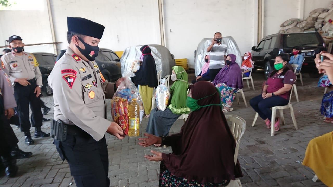 Polsek Jatiuwung Polres Metro Tangerang Kota menyalurkan 1.500 paket bantuan sosial (bansos) kepada warga terdampak Covid-19 dalam rangka merayakan HUT ke-75 Republik Indonesia, Rabu (18/7/2020).