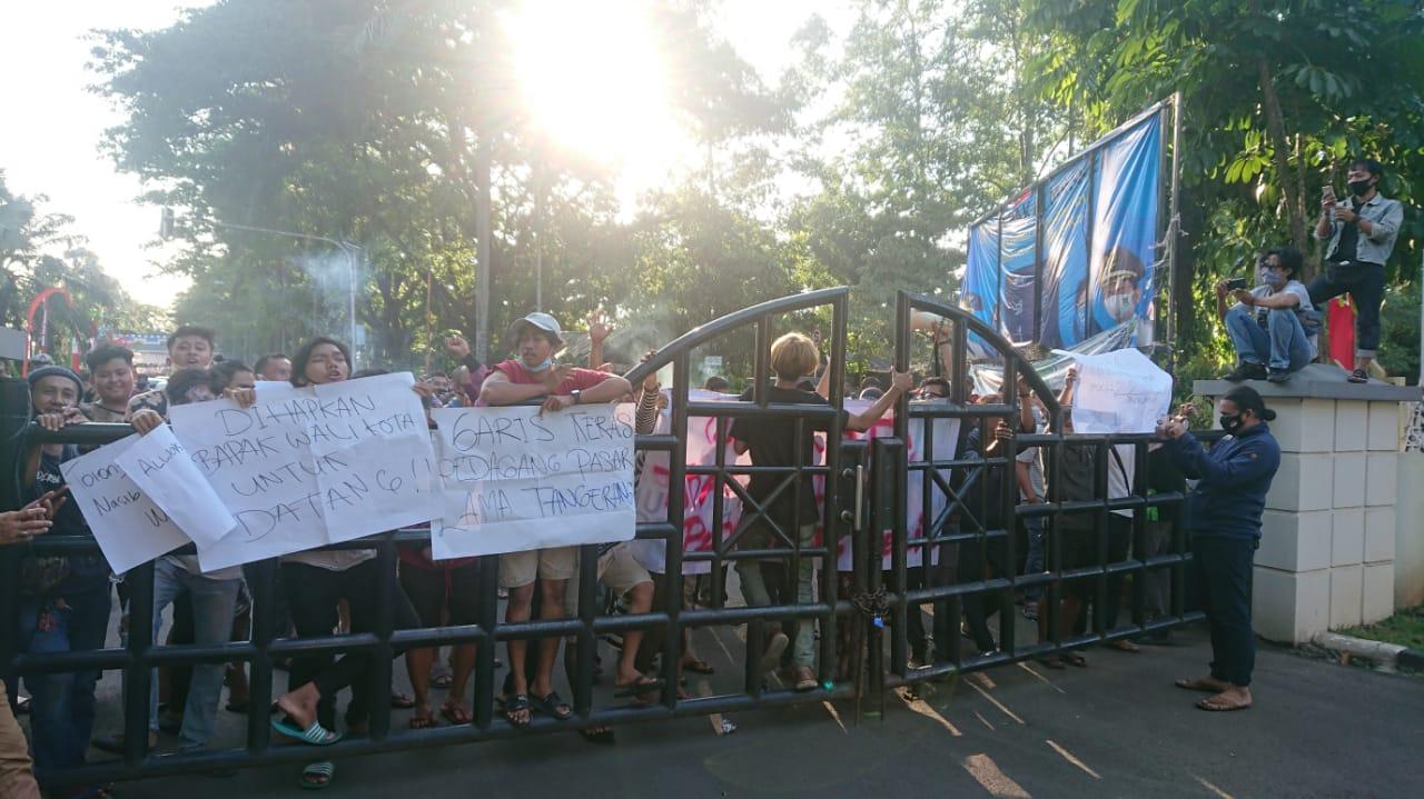 Sejumlah massa yang tergabung dalam Aliansi Pedagang Pasar Lama (APPAL) berdemonstrasi di depan kantor Pusat Pemerintah Kota Tangerang, Jumat (28/8/2020).