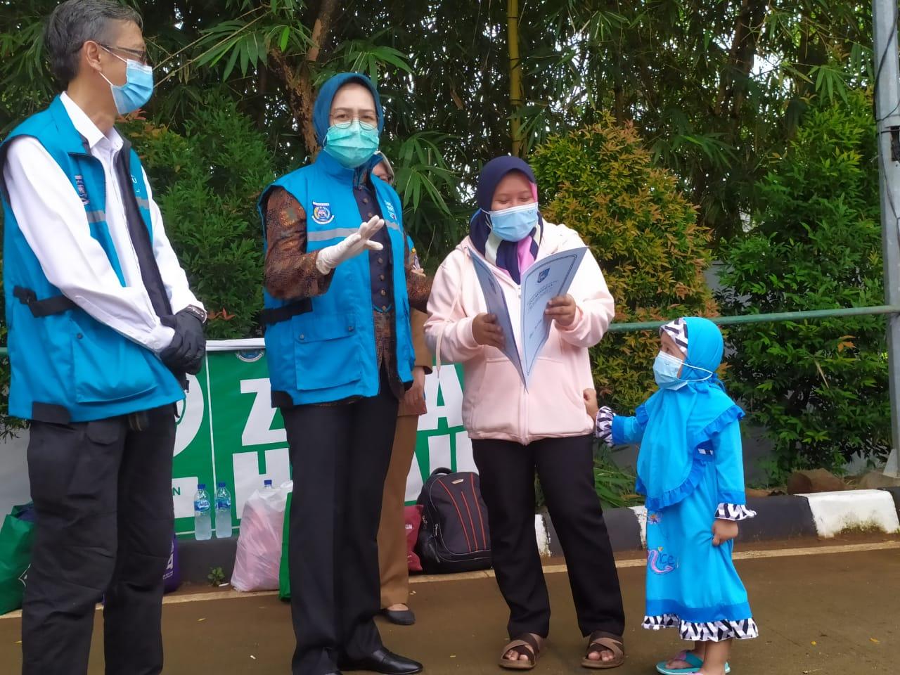 Wali Kota Airin Rachmi Diany dan Koordinator Rumah Lawan COVID-19 saat menunjukan surat pasien yang dinyatakan sembuh, Tangerang Selatan, Selasa (22/9/2020).
