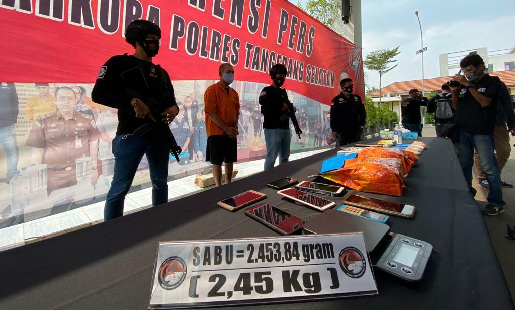 Satresnarkoba Polres Tangerang Selatan beserta Polres Tangsel menunjukan barang bukti narkoba yang siap di edarkan jenis sabu-sabu, Tangerang Selatan, Jumat (25/9/2020).