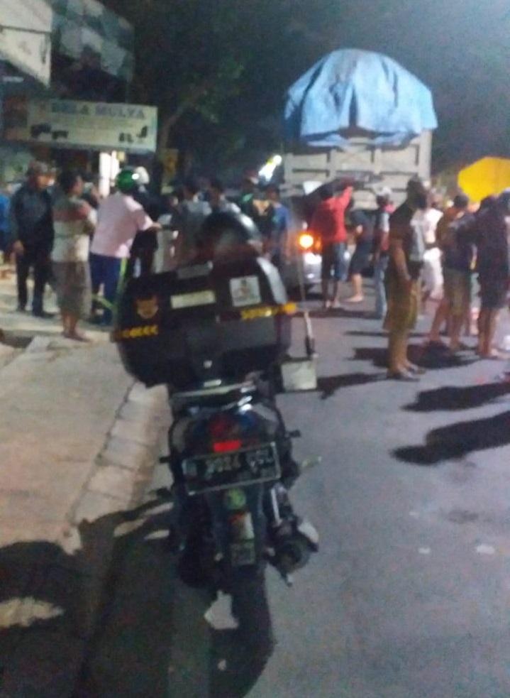Seorang pengendara motor tewas di lokasi kejadian setelah terlindas truk di Jalan Imam Bonjol dekat MCD, Kecamatan Karawaci, Kota Tangerang, Rabu (7/10/2020) malam.