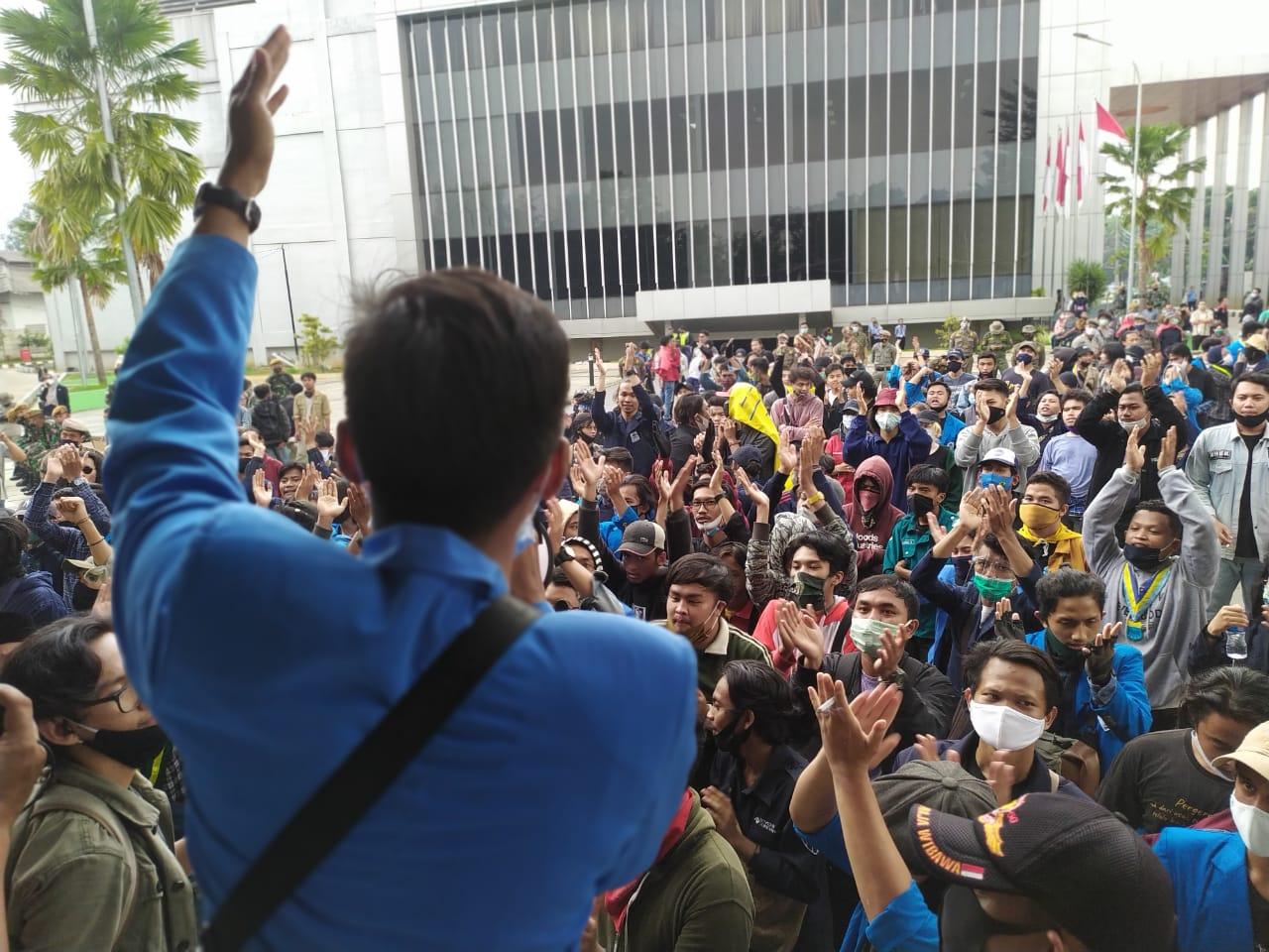 Kelompok mahasiswa yang berdemontrasi di Gedung Dewan Perwakilan Rakyat Daerah (DPRD) Kota Tangerang Selatan, Kamis (8/10/2020).