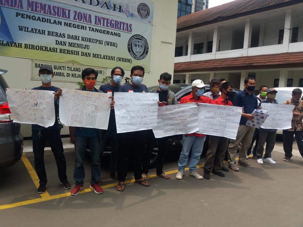 Puluhan warga Desa Kalibaru, Kecamatan Pakuhaji, Kabupaten Tangerang menggeruduk kantor Pengadilan Negeri (PN) Tangerang di Jalan TMP Taruna, Kota Tangerang, Kamis (8/10/2020).
