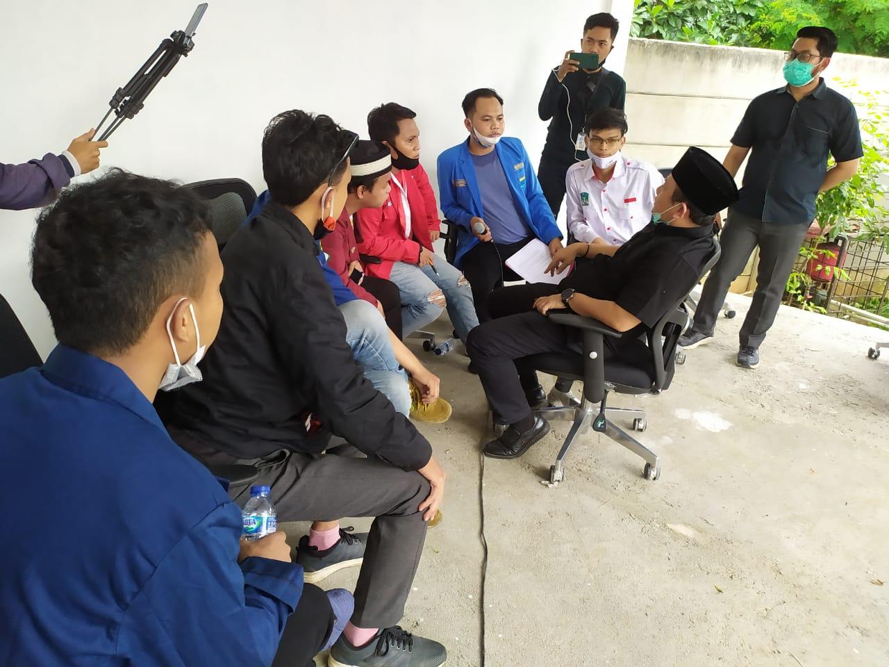 Ratusan massa aksi mahasiswa yang tergabung dalam kelompok Cipayung Plus berhasil masuk menduduki Gedung Dewan Pimpinan Rakyat Daerah (DPRD) Kota Tangerang Selatan, Kamis (8/10/2020).