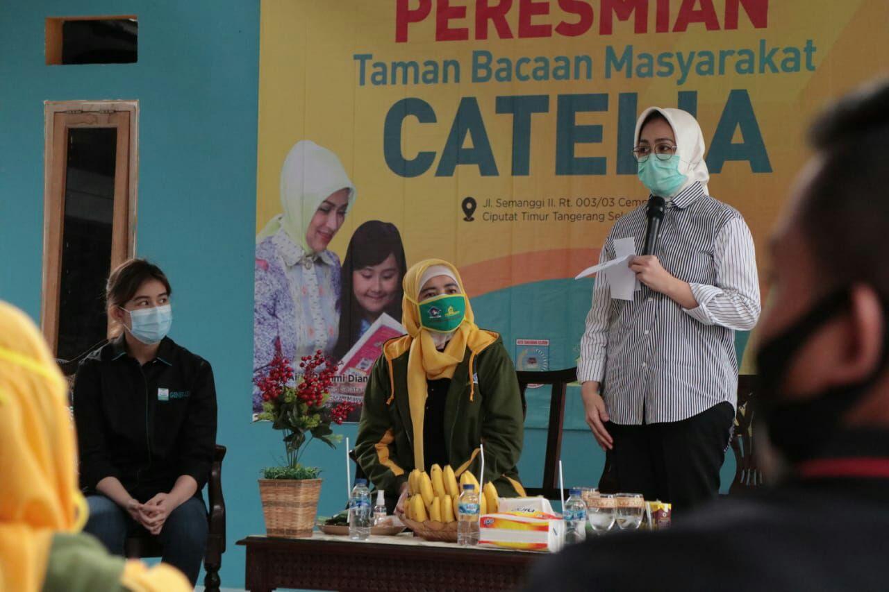 Walikota Tangerang Selatan Airin Rachmi Diany saat menggunting tali dalam rangka meresmikan Taman Bacaan (TBM) Masyarakat di Jalan Semanggi, Cempaka Putih, Ciputat Timur, Senin (12/10/2020).