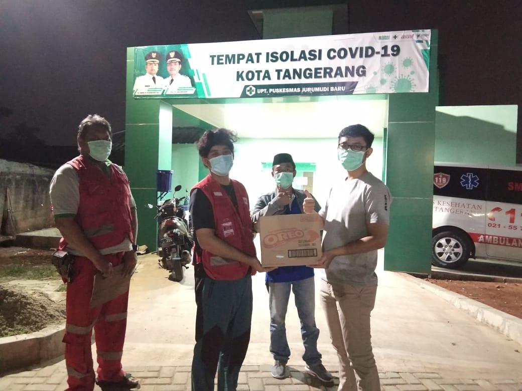 Petugas Palang Merah Indonesia (PMI) Kota Tangerang menyerahkan boks biskuit untuk warga terdampak serta penyintas COVID-19, Kota Tangerang, Minggu (25/10/2020).