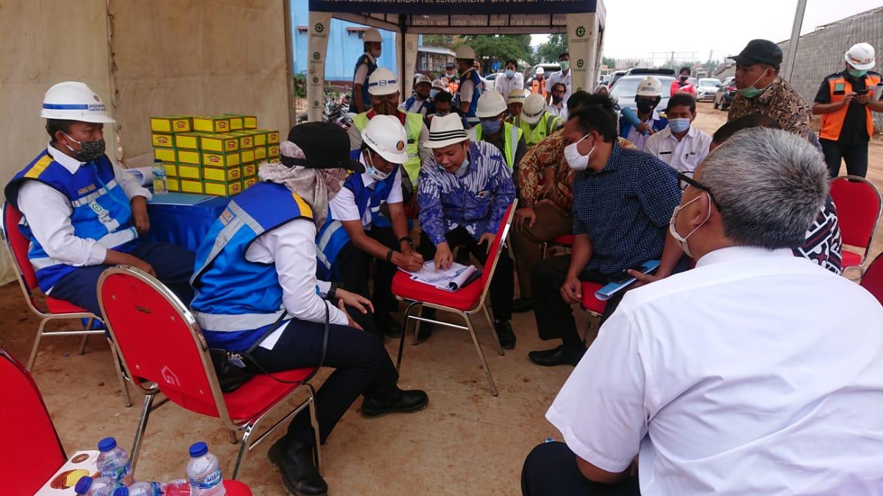 Wakil Ketua DPRD Kota Tangerang Turidi Susanto saat di wawancarai awak media terkait penyetopan pembangunan jembatan tol JORR II di Jalan Irigasi Sipon, Kelurahan Buaran Indah, Kota Tangerang, Rabu (4/11/2020).