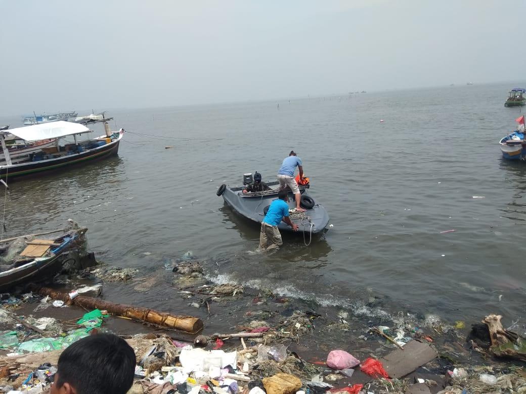 Petugas dan warga saat proses mencari ke tiga nelayan tewas karena kecelakaan saat mencari ikan di Pantai Tanjung Pasir, Kecamatan Teluknaga, Kabupaten Tangerang, Kamis (12/11/2020).