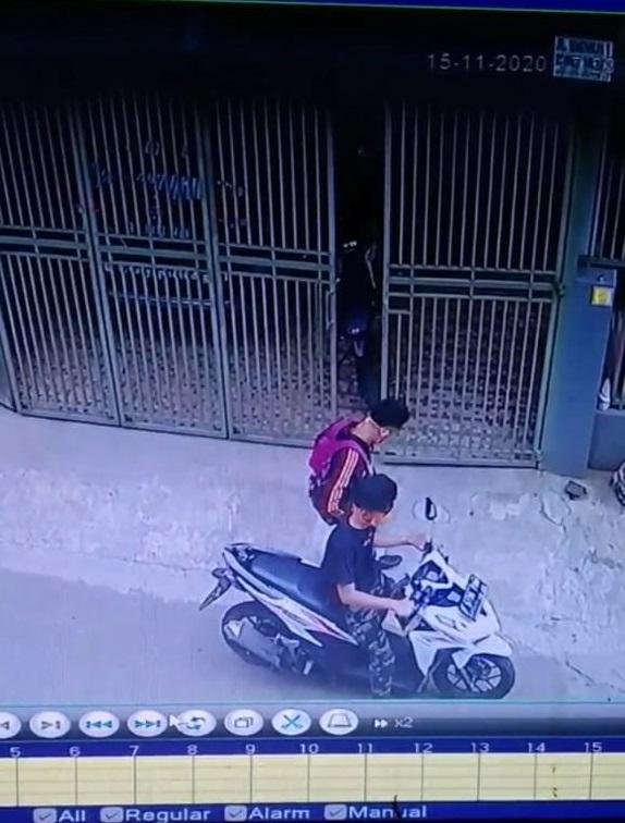 Seunit Closed-Circuit Television (CCTV) merekam aksi kejahatan pencurian kendaraan sepeda motor (Curanmor) yang terjadi di Tangerang Selatan, Minggu (15/11/2020) sore.