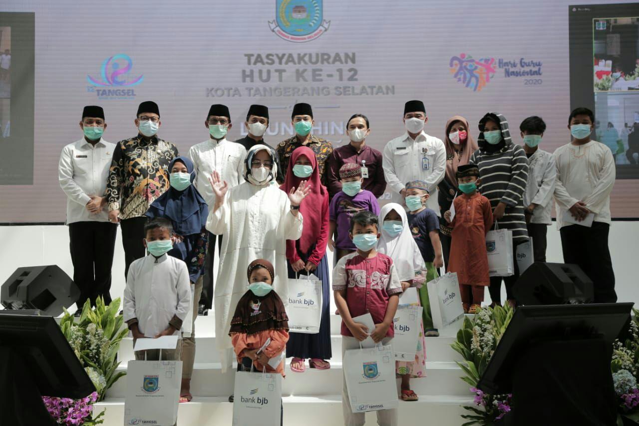 Pemerintah Kota Tangsel berswa foto bersama Anak Yatim dalam rangka perayaan HUT Kota Tangerang Selatan (Tangsel) ke-12, Kamis (26/11/2020).