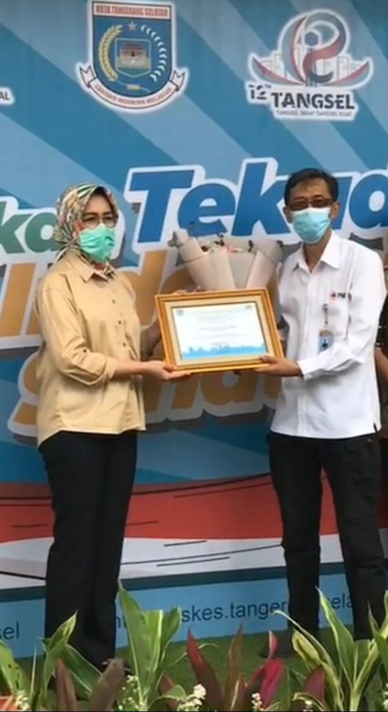 Wali Kota Tangerang Selatan, Airin Rachmi Diany saat menyerahkan penghargaan kepada Koordinator Rumah Lawan COVID-19, Suhara Manullang, Senin (30/11/2020).