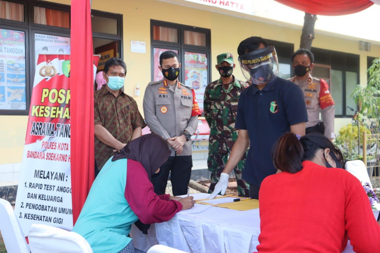 Petugas medis saat memberikan layanan rapid test antigen dan antibody terhadap warga asrama Polres Bandara Soekarno-Hatta (Soetta) di Asrama Polresta Bandara Soetta, Jalan Babussalam Gang Pelopor, Poris Plawad, Kota Tangerang, Kamis (24/12/2020).