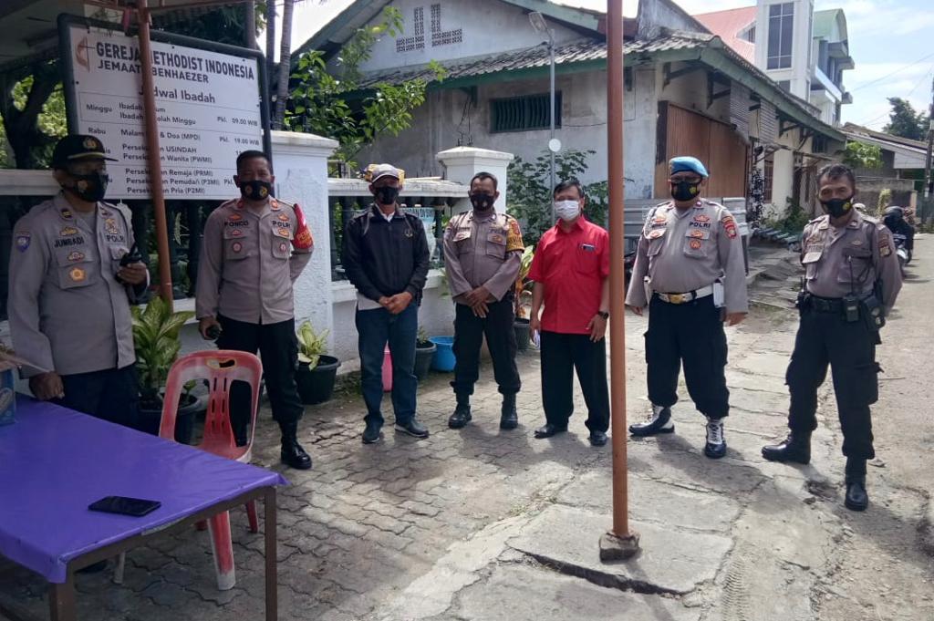 Aparat dari TNI-Polri menjaga ketat pelaksanaan ibadah Natal di 1 titik dari 13 titik gereja di Karawaci, Kota Tangerang, Jumat (25/12/2020).