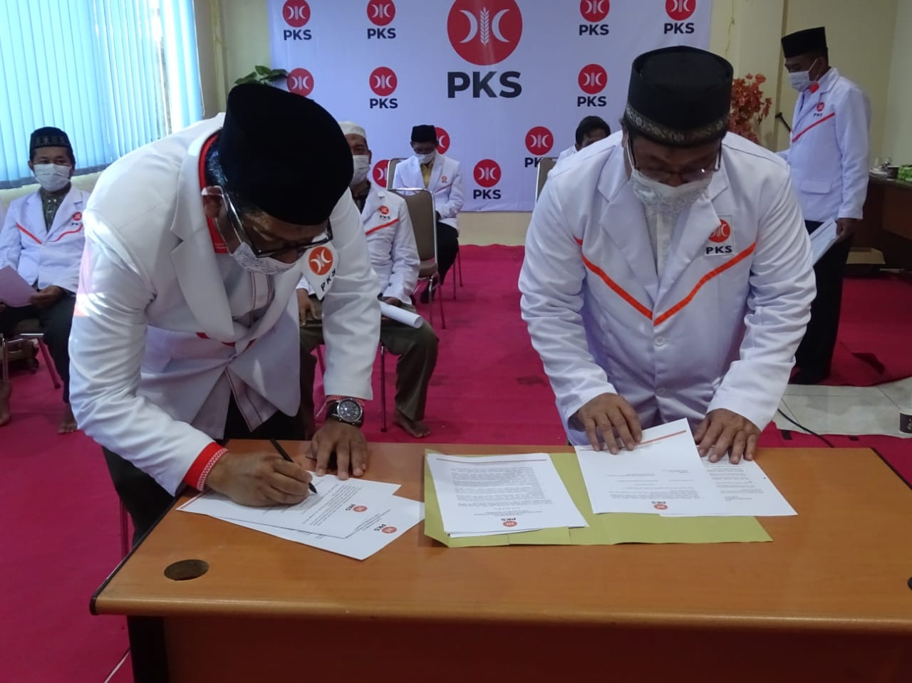 Pengurus DPD Partai Keadilan Sejahtera (PKS) saat menandatangani surat kepemilikan ketua baru periode 2020-2025.