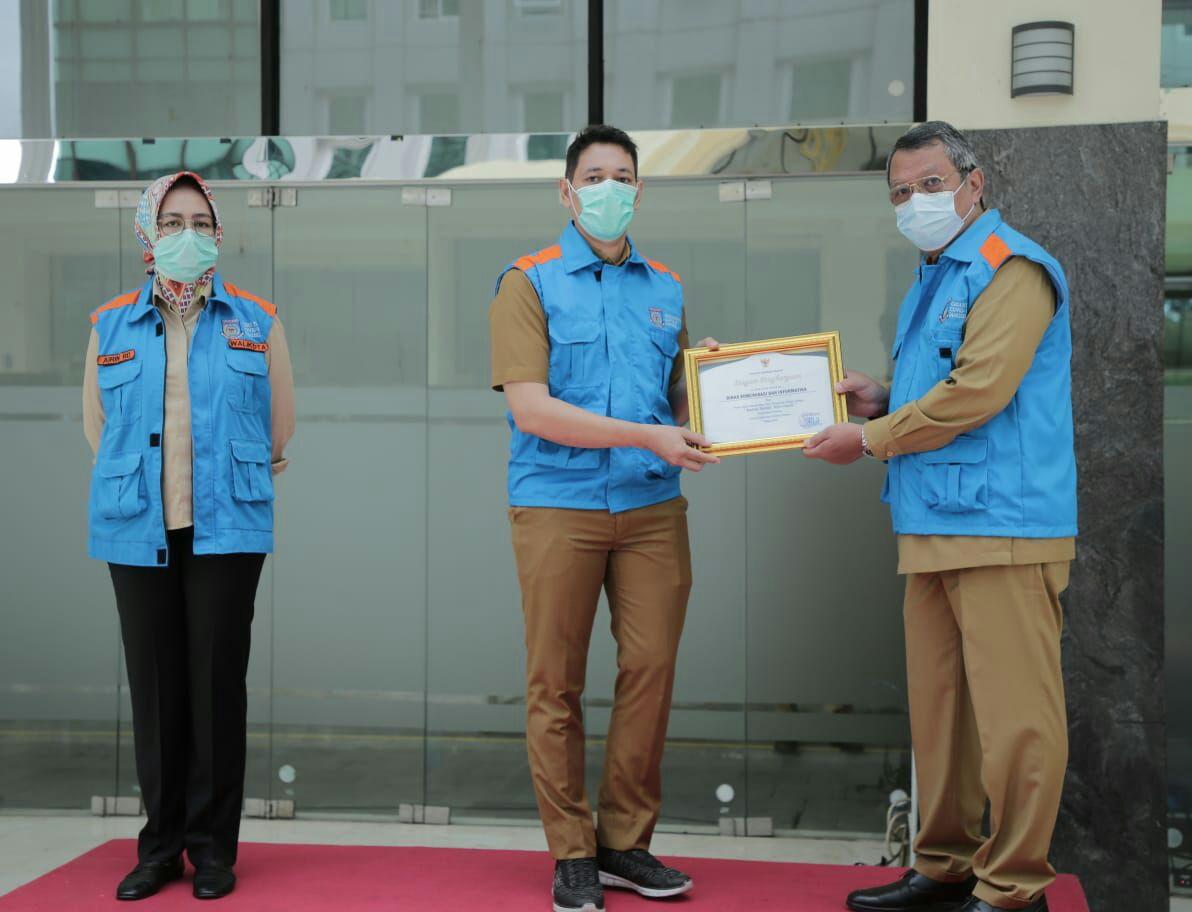 Pemberian penghargaan diberikan langsung oleh Wakil Wali Kota Tangsel Benyamin Davnie di Plaza rakyat Puspemkot Tangsel, Selasa (29/12/2020).