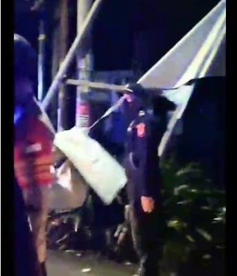 Petugas kepolisian saat pencopotan paksa tribut organisasi masyarakat (ormas) Front Pembela Islam (FPI) yang terpasang di sejumlah wilayah Tangerang Selatan, Rabu (30/12/2020) kemarin.