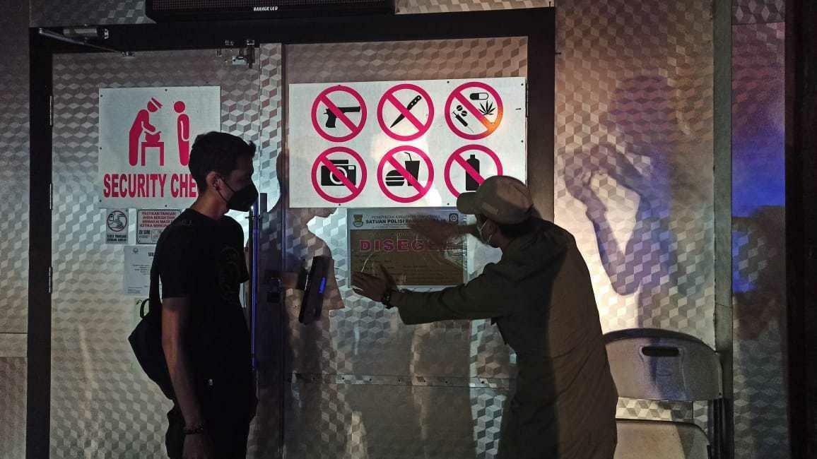 Aparat gabungan yang terdiri dari petugas Satpol PP, TNI dan Polri saat merazia tempat hiburan malam Mbargo EC yang berlokasi di Ruko Rodeo Drive di Jalan Gading Serpong Boulevard No.28 – 29 , Pakulonan, Kecamatan Kelapa Dua, Kabupaten Tangerang.