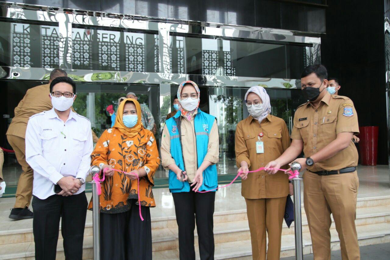 Wali Kota Tangerang Selatan Airin Rachmi Diany saat menghadiri Launching Pelepasan Ekspor Perdana Ke Papua Nugini di Ruang Display Balaikota Tangsel, Rabu (20/1/2021).