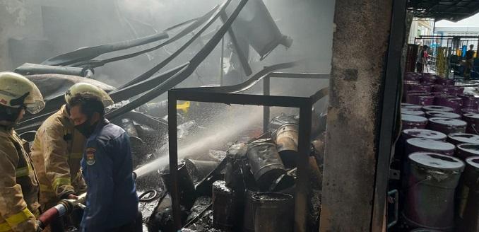 Sejumlah petugas Pemadam Kebakaran (DAMKAR) saat berusaha memadamkan kobaran api di kawasan PT Indofood yang terletak di Jalan Raya Serang-Bitung, Kecamatan Cikupa, Kabupaten Tangerang, Senin (8/2/2021).
