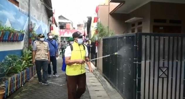 Proses penyemprotan cairan disinfektan di beberapa rumah warga Kampung Tangguh Jaya Siaga Corona (Si Gacor) Kota Tangerang, Kamis (18/2/2021)