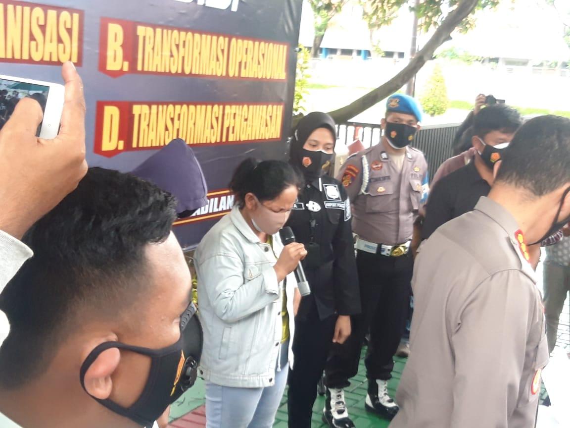 Pelaku pencurian ponsel ajudan pribadi saat dimintai keterangan di polresta Bandara Soekarno-Hatta dalam jumpa pers, Rabu (24/2/2021).