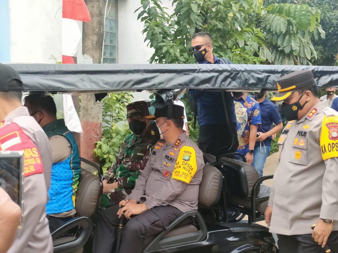 Kapolda Metro Jaya Inspektur Jenderal Polisi Fadil Imran beserta petugas lainya saat meninjau ke lokasi Kampung Tangguh Jaya di Perumahan Dasana Indah, Bojong Nangka, Kelapa Dua, Kabupaten Tangerang, Jumat (26/2/2021).