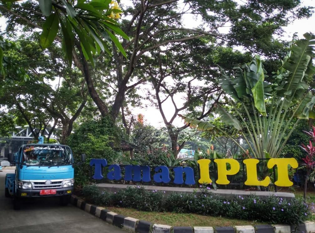 Satu unit mobil septiktank saat melintasi Taman IPLT.