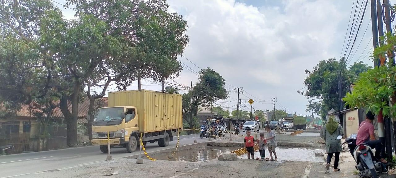 Jalan Raya Serang, Balaraja Barat dalam proses perbaikan, Kabupaten Tangerang, Selasa (2/3/2021).