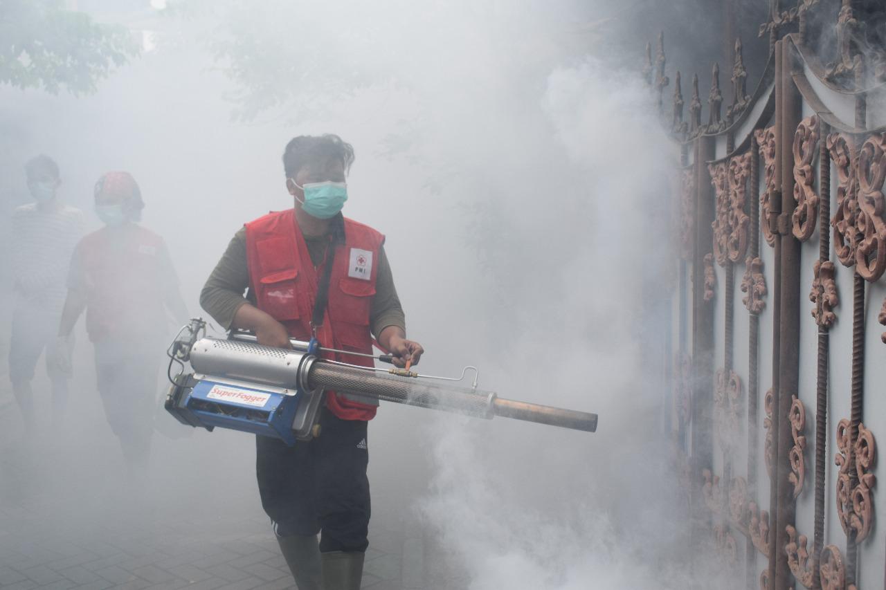 Petugas PMI Kota Tangerang saat melakukan penyemprotan fogging di rumah-rumah warga di wilayah Perumahan Bugel Mas, Kecamatan Karawaci, Kota Tangerang, Selasa (9/3/2021).
