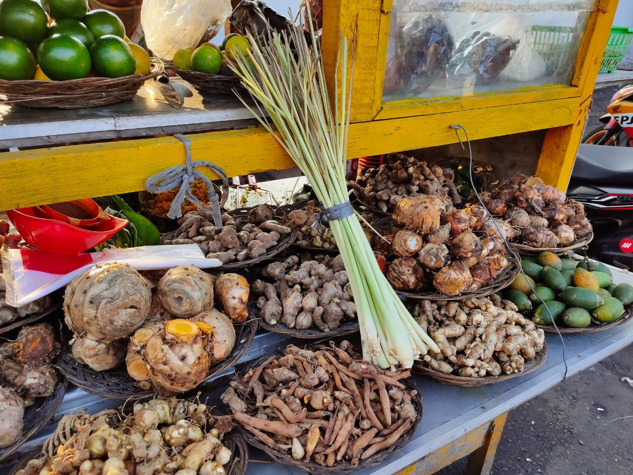 Bahan-bahan yang akan di olah untuk berbagai jenis minuman herbal yang berlokasi di depan Aula Pendopo Tangerang, dekat dengan gapura Kawasan Pasar Lama, Kota Tangerang.