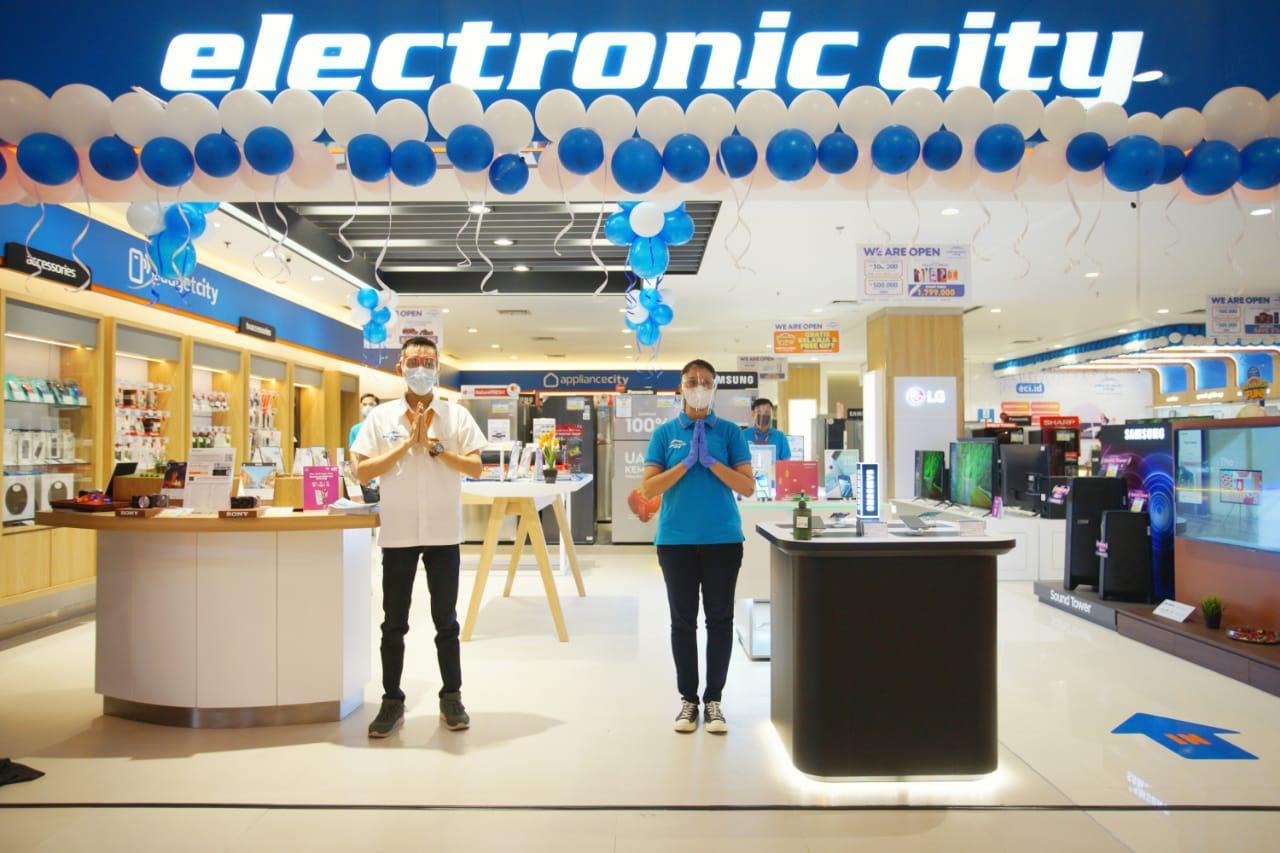 Senior General Manager Sales Electronic City Bapak Tri Agus Winarko dan Bapak Taufik Associate Director Development PT Ciputra Residence meresmikan membuka cabang barunya toko yang berlokasi di Mal Ciputra Tangerang, Cikupa, Kabupaten Tangerang.
