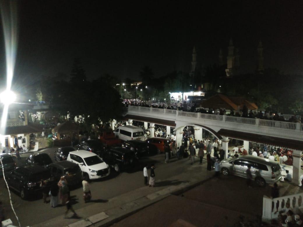 Kegiatan jamaah saat mendoakan almarhum KH Uci Turtusi yang berlokasi di Pondok Pesantren Al-Istiqlaliyah Kampung Cilongok, Pasar Kemis, Kabupaten Tangerang, Selasa (6/4/2021) pukul 20.00 WIB.
