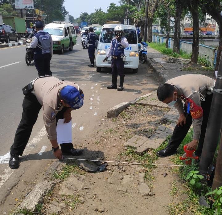 Anggota kepolisian saat olah tkp insiden kecelakaan di Jalan Daan Mogot dekat Pusat Niaga, Batuceper, Kota Tangerang pada Senin (19/4/2021) sekitar pukul 12.00 WIB.