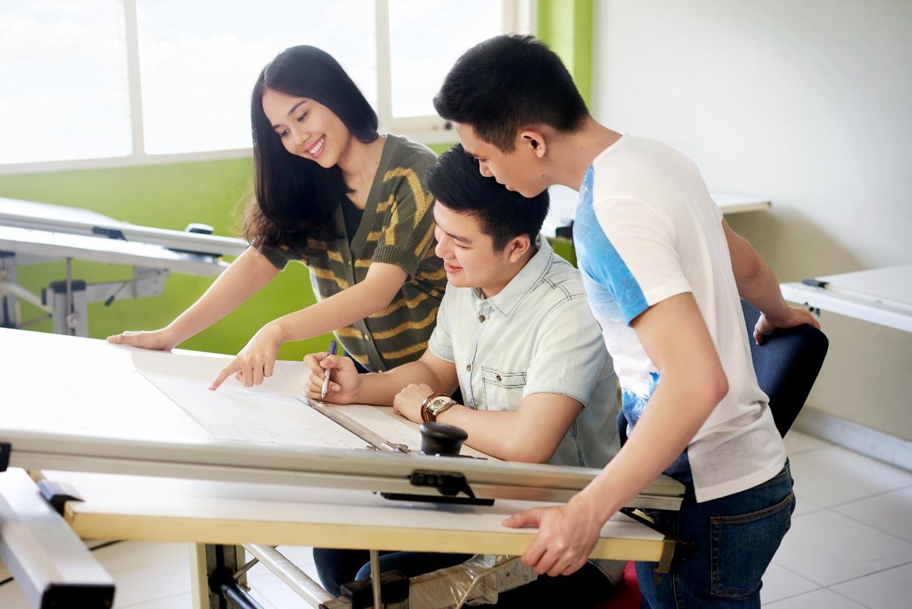 Mahasiswa dan mahasiswi saat mengerjakan study di area kampus Bina Nusantara (BINUS).