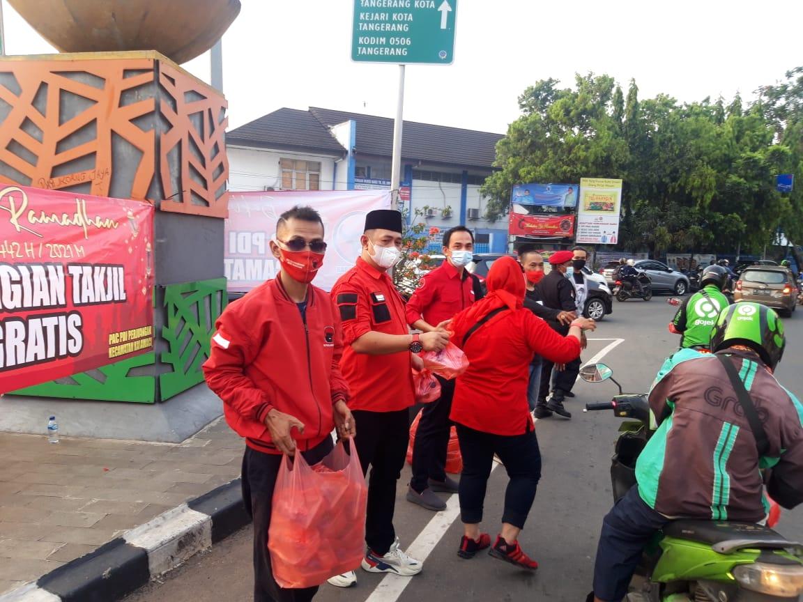 Kegiatan Partai Demokrasi Indonesia Perjuangan (PDIP) Karawaci Kota Tangerang saat membagikan takjil ke masyarakat setempat di simpang Pasar Baru, Kecamatan Karawaci, Minggu (25/4/2021) sore.