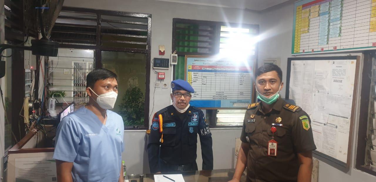 Pelaku korupsi berinisial NA terkait kegiatan pengadaan jasa Cleaning Service (CS) pada Satker RS Sitanala Tangerang, Selasa (4/5/2021).