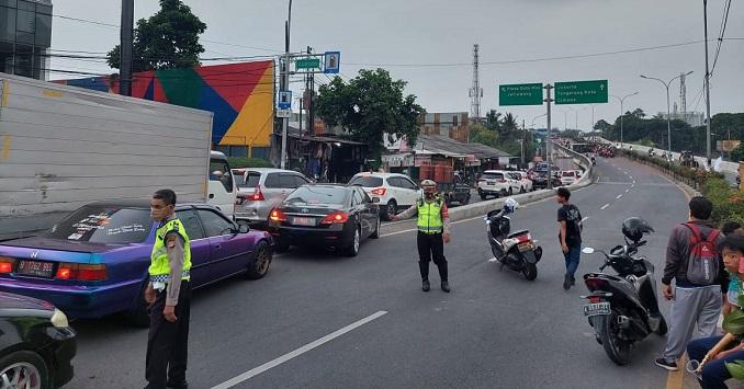 Anggota kepolisian saat mengatur lalu lintas terkait kecelakaan maut di Flyover Cibodas, Jalan Gatot Subroto, Kota Tangerang, Rabu (5/5/2021).