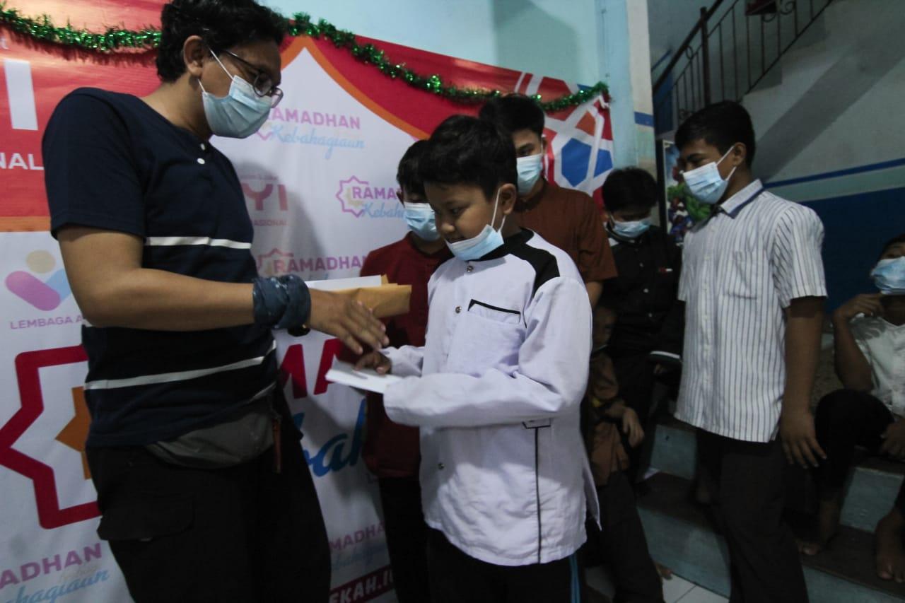 Komunitas Taman Potret saat memberikan santunan terhadap anak yatim di Museum Taman Makam Pahlawan Taruna, Kota Tangerang, Kamis (6/5/2021).