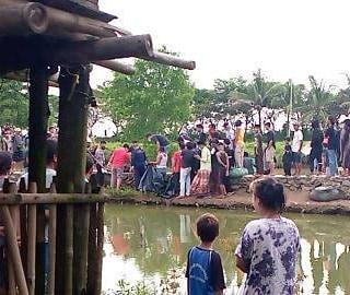 Warga setempat saat hendak mengevakuasi sesosok mayat tanpa identitas berjenis kelamin laki-laki mengambang di sungai Cimanceuri, Kabupaten Tangerang, Kamis (06/05/2021)