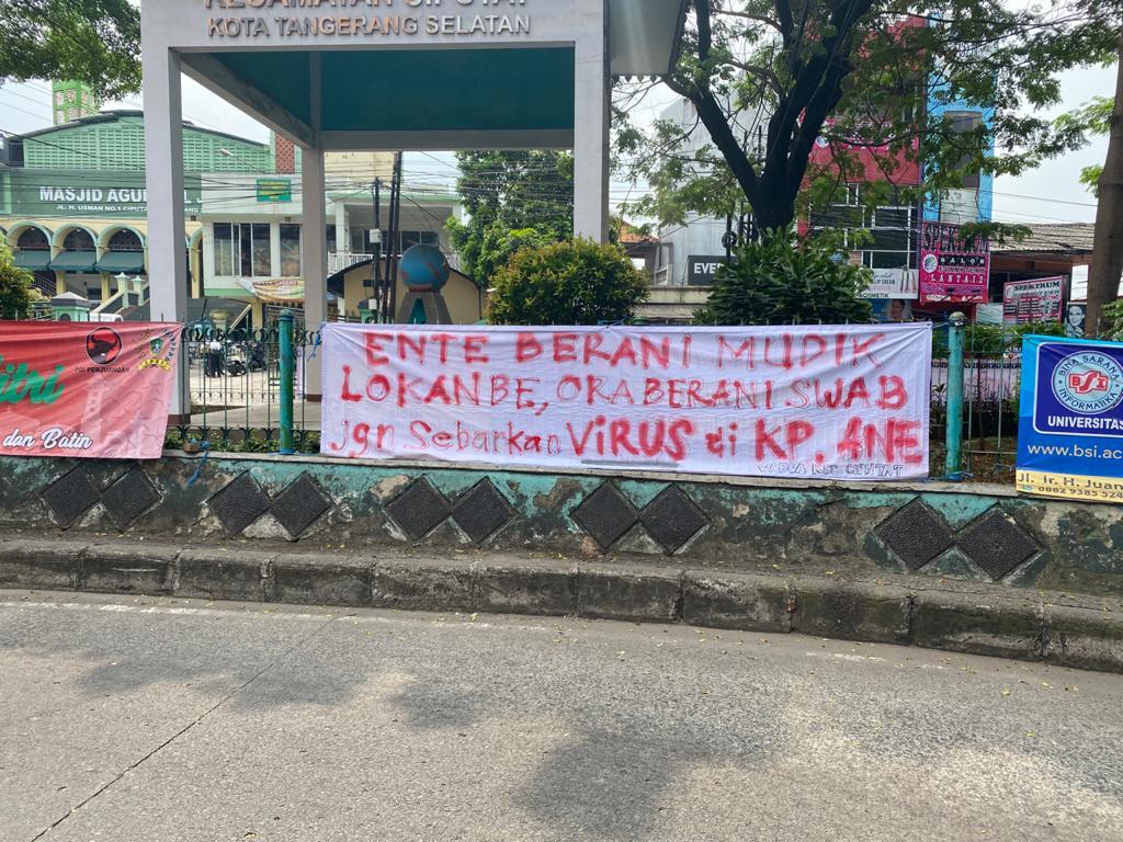 Sejumlah spanduk yang berisikan keresahan para warga kepada masyarakat, Tangerang Selatan, Minggu (16/5/2021).