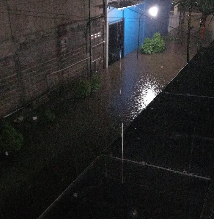 Salah satu titik kawasan yang terendam banjir akibat hujan deras, Tangerang Selatan, Senin (17/5/2021) malam.