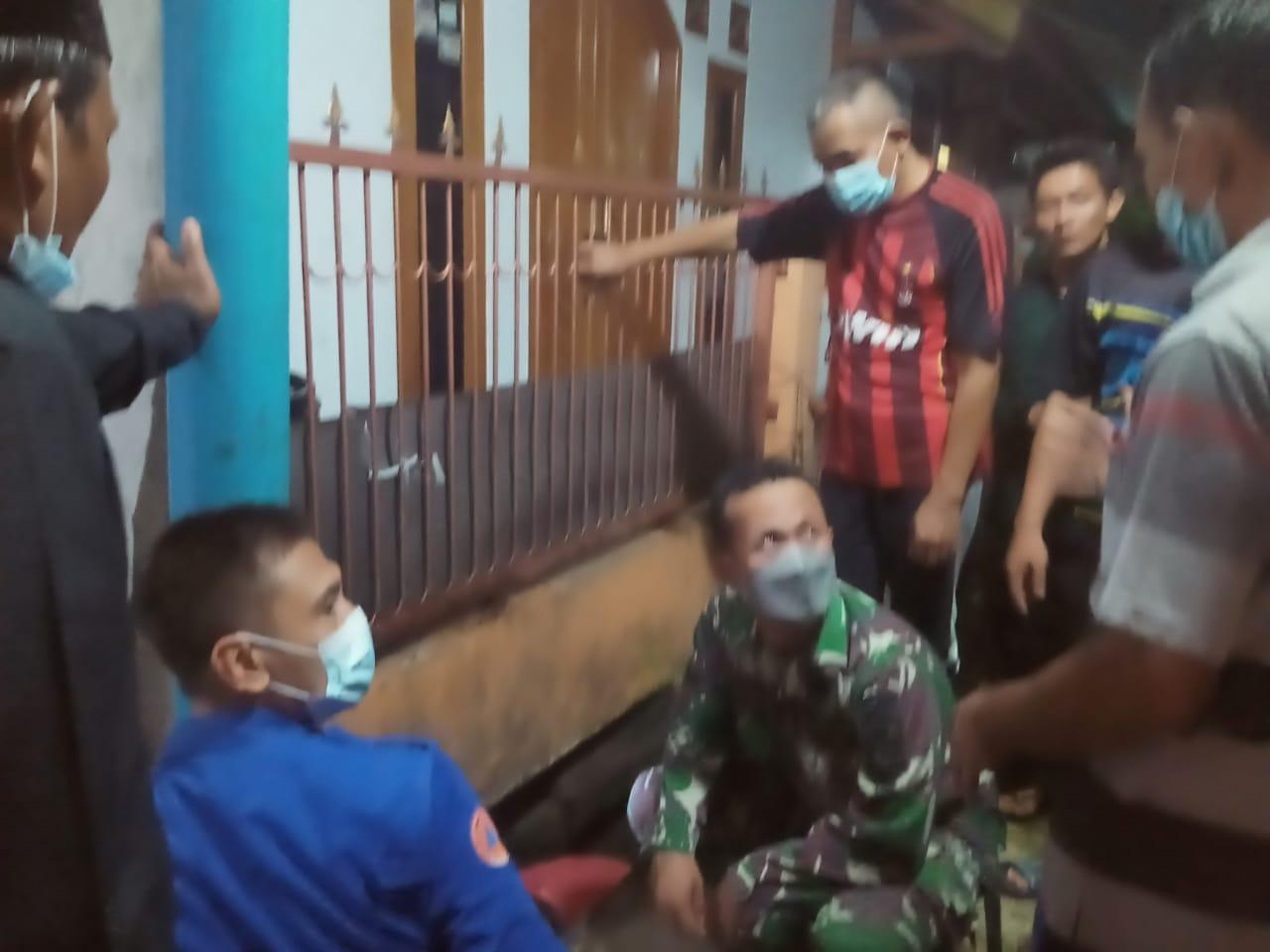 Petugas gabungan dan warga setempat saat hendak mencari anak berusia dua tahun yang hilang karena terseret arus air selokan di Jalan Tanah 100, Swadaya II, Sudimara, Kecamatan Ciledug, Kota Tangerang, Jumat 4 Juni 2021 sekitar pukul 17.30 WIB.