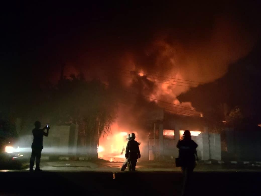 Tampak kebakaran melanda toko bahan bangunan di Jalan Raya Serang, Desa Cangkudu, Kecamatan Balaraja, Kabupaten Tangerang.