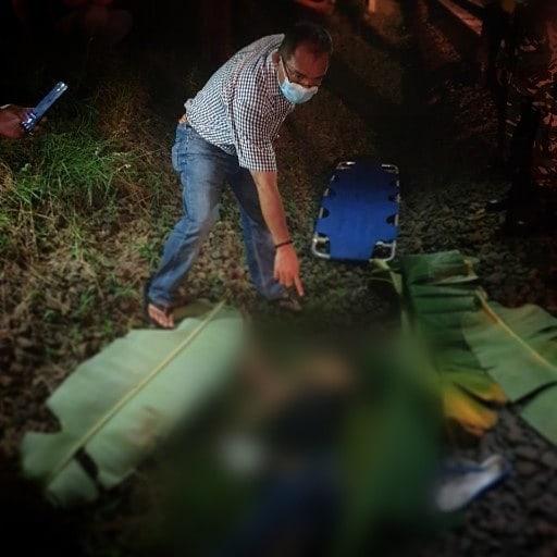 Jasad Mr. X yang ditemukan tewas tersambar kereta ditemukan petugas di pinggir rel perlintasan kereta api KM 20, Pondok Ranji, Ciputat Timur, Tangerang Selatan, Selasa, 8 Juni 2021.