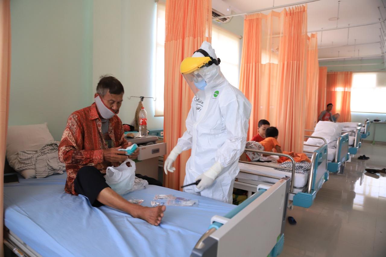 Petugas medis saat memberikan obat terhadap pasien yang terdampak COVID-19.