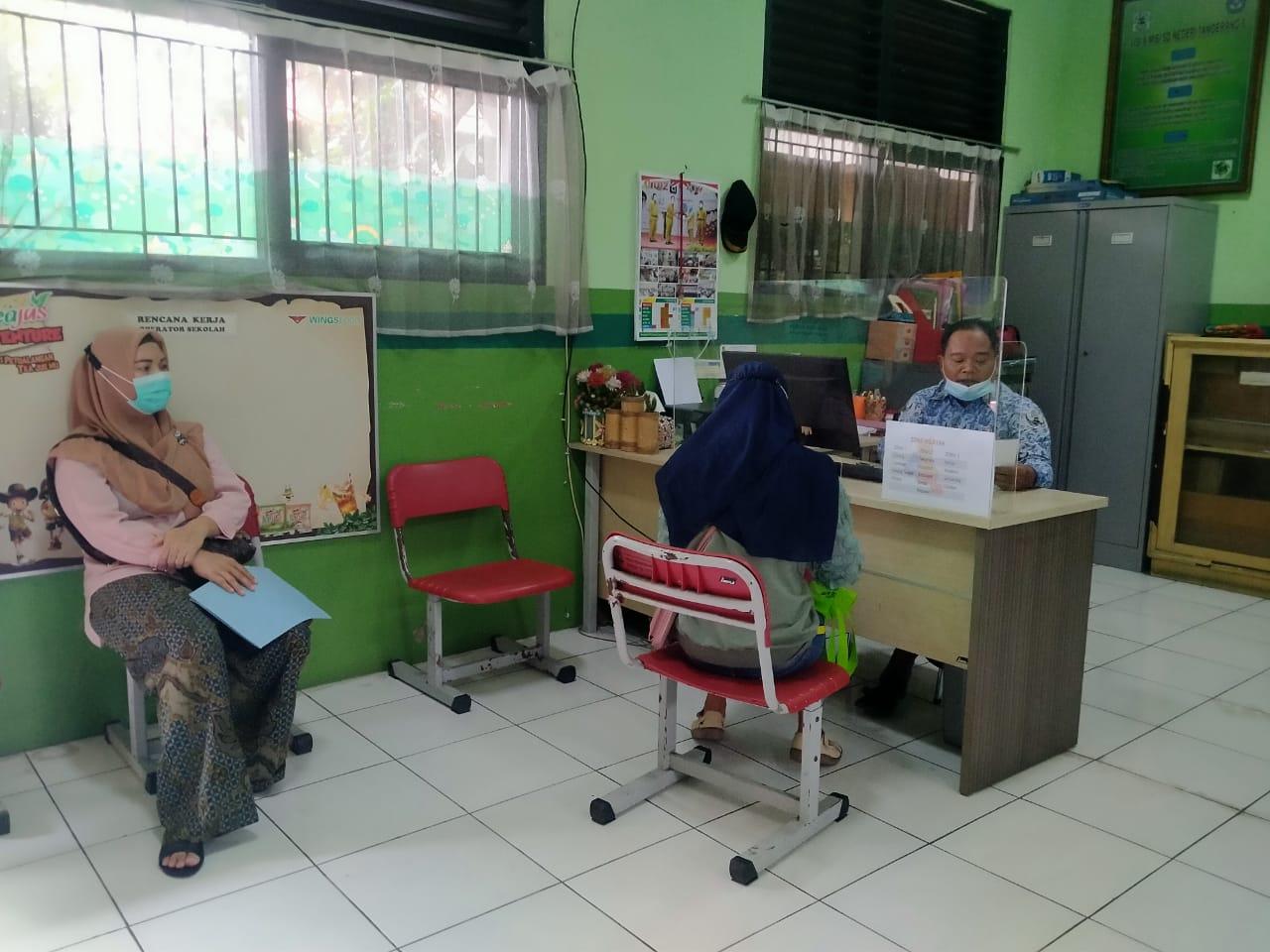 Kegiatan Penerimaan Peserta Didik Baru (PPDB) Tahap Zona Wilayah di SDN 6 Kota Tangerang, Kamis 17 Juni 2021.