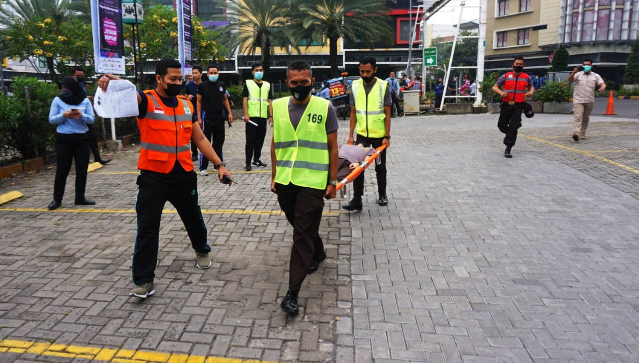 Petugas keamanan menggelar simulasi penanggulangan kebakaran di halaman Tangcity Mall, Kamis 17 Juni 2021.
